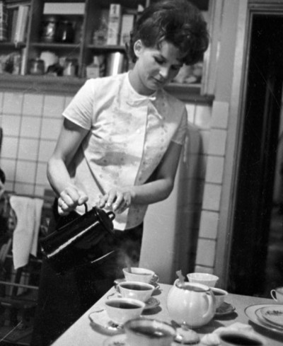 rian_archive_15562_valentina_tereshkova_at_home