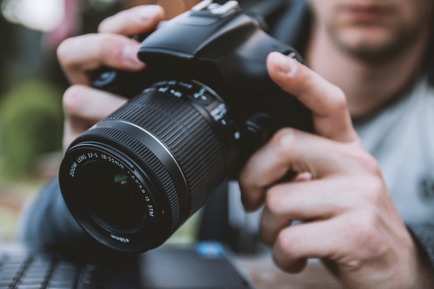 man-holding-a-camera_447-19326806