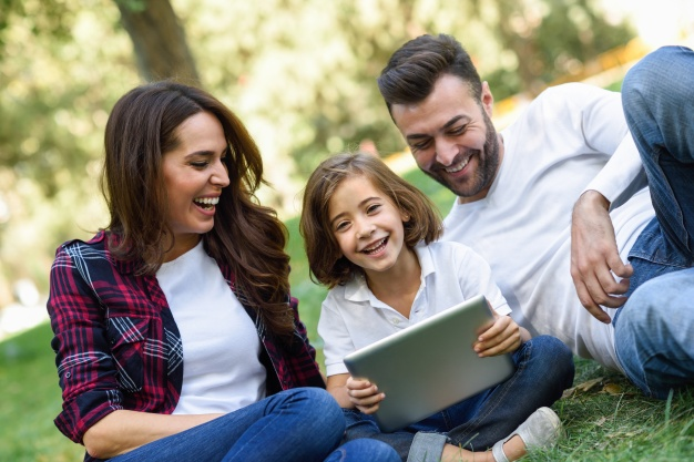 couple-laughing-with-their-daughter-and-a-laptop_1139-620