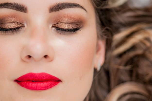 glamour-portrait-of-beautiful-woman-model-with-fresh-daily-makeup-and-romantic-wavy-hairstyle-fashion-shiny-highlighter-on-skin-sexy-gloss-lips-make-up-and-dark-eyebrows_1391-705