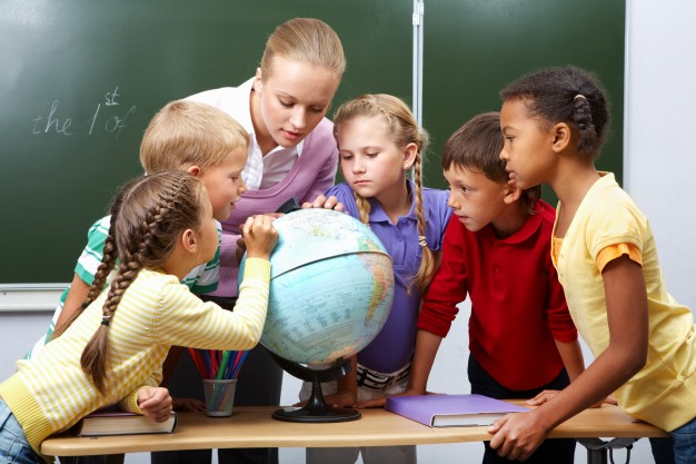 primary-students-in-geography-class_1098-4013