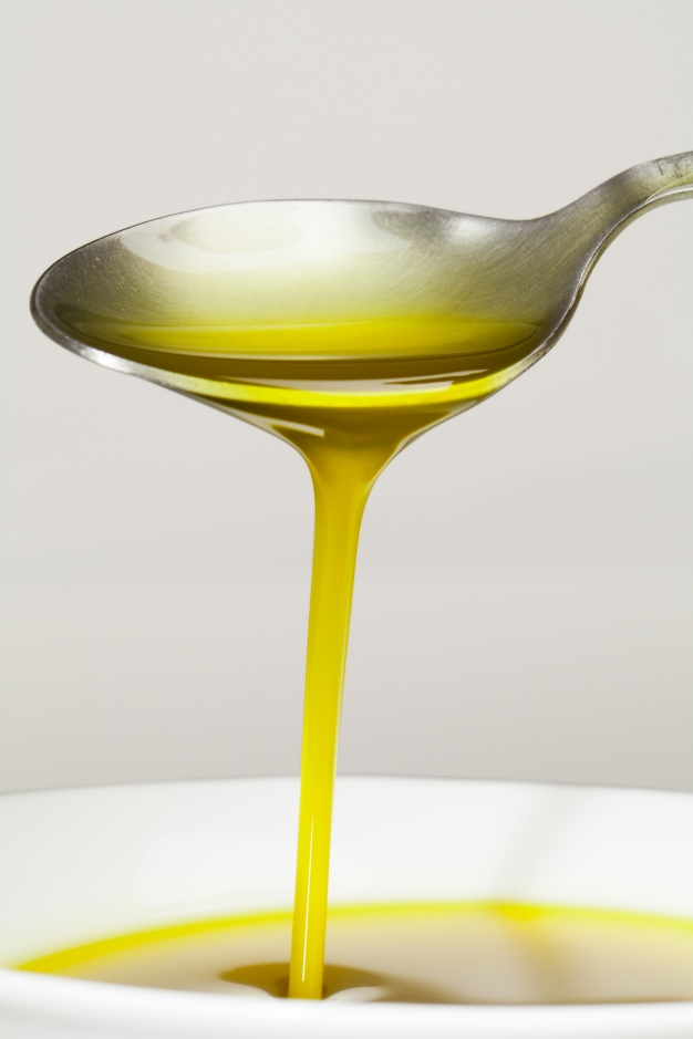 spoon-with-olive-oil_1216-425