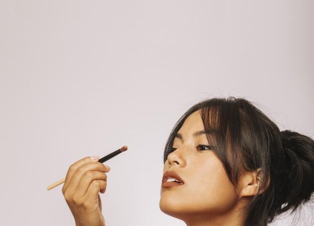 young-woman-and-eyeshadow_23-2147655338