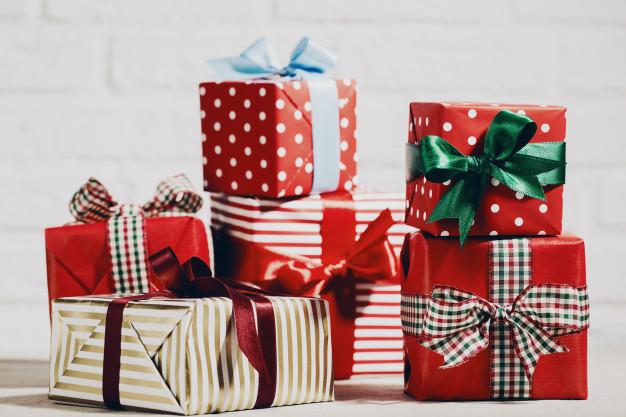 bright-christmas-presents-in-composition_1220-1769