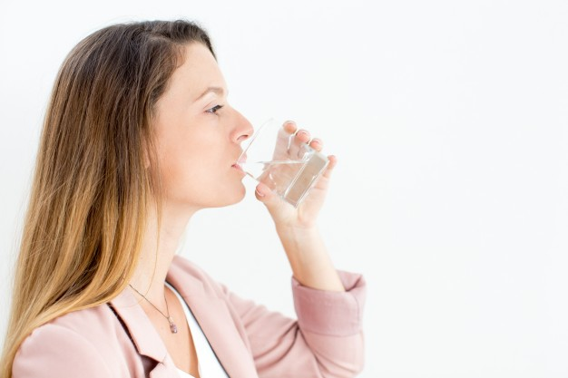 confident-young-businesswoman-drinking-water_1262-4901