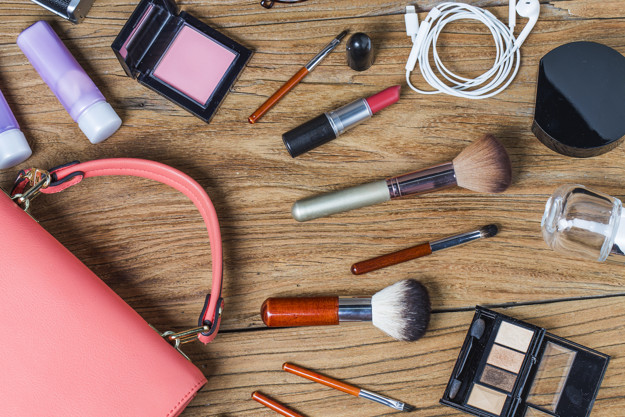 Equipment tour of the teen girl, cosmetics, accessories, make-up